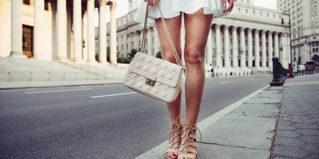 Jakou malou kabelku vybrat, aby se hodila k vašemu outfitu