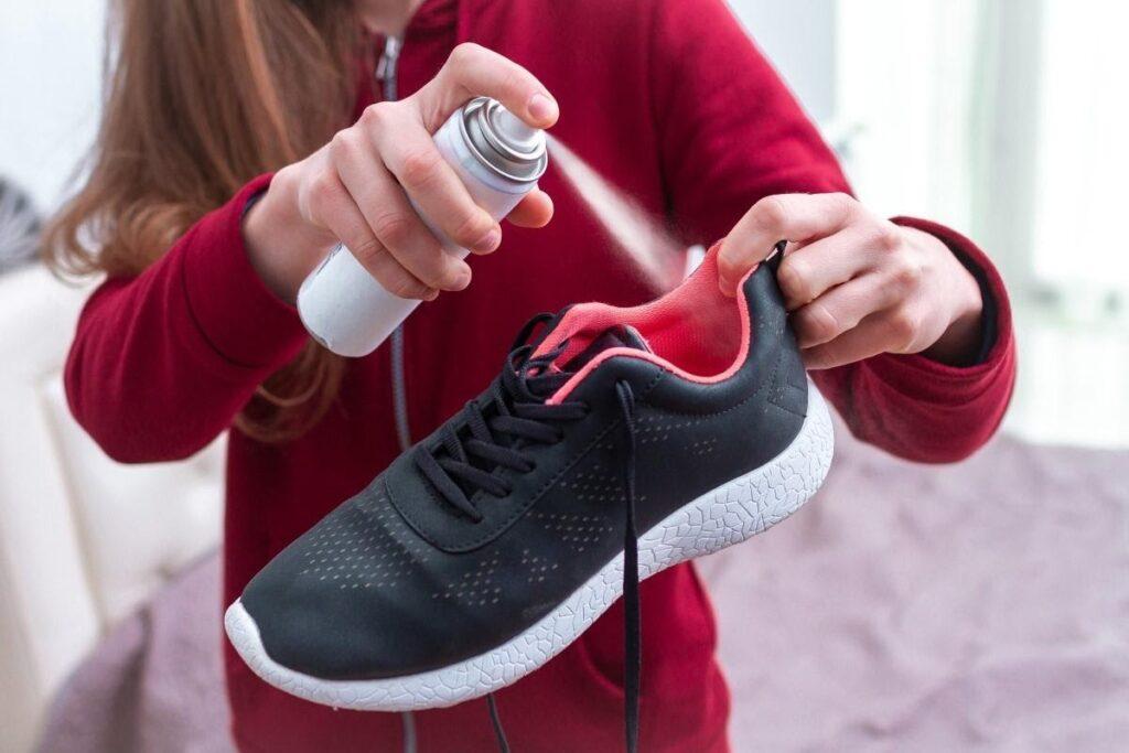 Jak odstranit nepříjemný zápach z obuvi pomocí domácích prostředků?